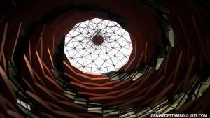 dôme vu de l'intérieur de la mosquée moderne Ilahiyat Université Marmara Istanbul Turquie