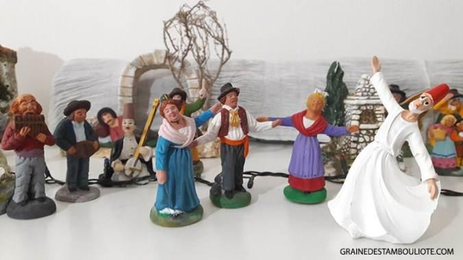 derviches et musiciens turcs avec santons de provence farandole