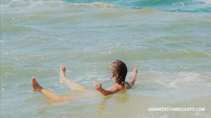 flotter dans la mer morte en jordanie