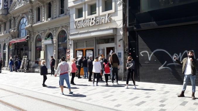queue devant les banques à Istanbul pendant le confinement Covid