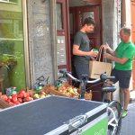 Übergabe verpackungsfrei müllfrei unverpackt Einkauf per Lastenrad in Frankfurt geliefert