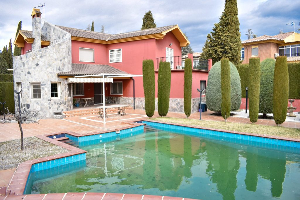 Granada Estate Agency are proud to present a well presented detached villa enjoying 7 double bedrooms, 4 bathrooms, swimming pool, integral garage and roof terrace with central heating and double glazed windows throughout, ideally located in Albolote just 15 minutes drive from Granada city centre.