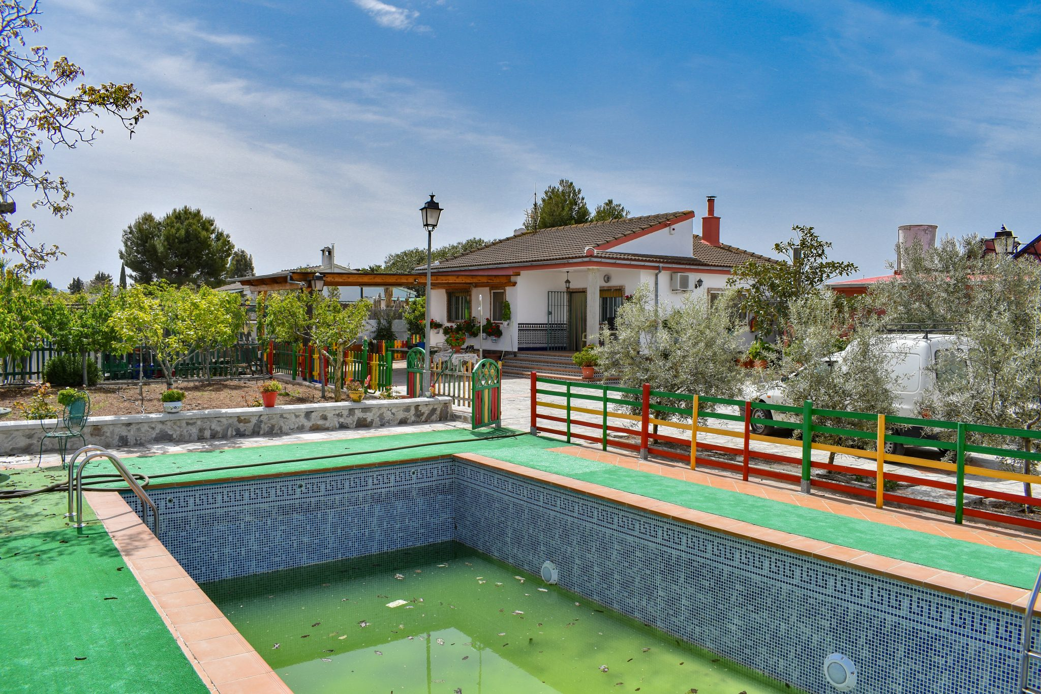 Granada estate agency are proud to present for sale a well presented detached villa enjoying 3 double bedrooms, 2 bathrooms, central heating, detached garage, vegetable patch and 8x4m swimming pool. Ideally located in Morelada de zafayona, only 25 minutes drive from Granada city centre.