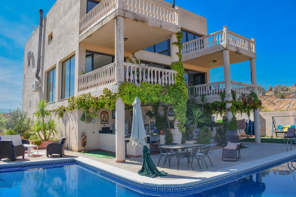 Detached villa for sale in Loja, Luxurious villa for sale inbetween granada city and Malaga city Spain. Exclusive with Granada estate agency.