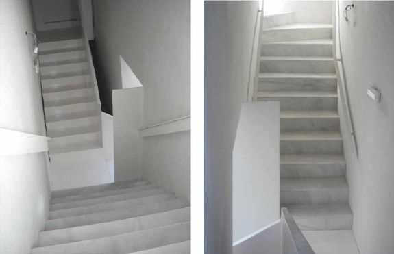 Tramos de escalera principal con sus dos zancas opuestas que mantienen el trazado original pero reconstruidas una en mármol Macael y otra en chapa de acero plegada