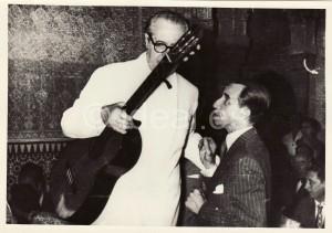 Un acalorado concertista le comenta al promotor del Festival, Antonio Gallego Burín, que se sale al patio a terminar su actuación