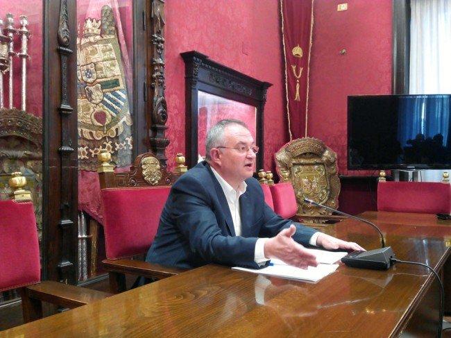 El concejal socialista José María Rueda, en rueda de prensa.