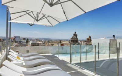 Are there any hotels with swimming pools in Granada?