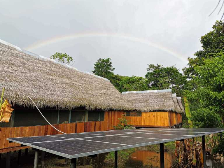 Paneles solares utilizados para alimentar Grand Amazon Lodge, Rainbow in the Jungle