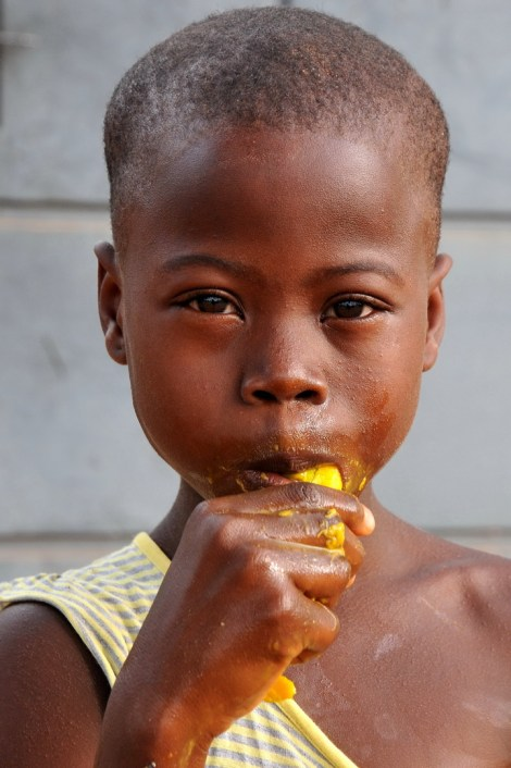 Mangeur de mangue à Lomé F13_2091