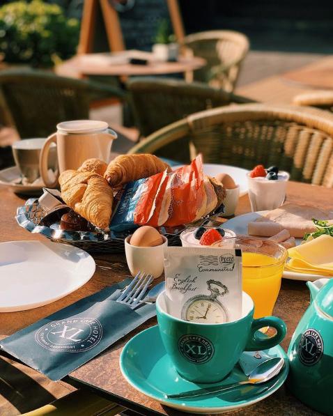 Diverse broodjes, croissant, beleg, zoetigheid, ei & een yoghurtje, Oja en u heeft ook nog eens keuze uit een kannetje thee of koffie met een glaasje verse jus!