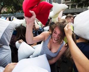 napoli-pillow-fight-2015-pronti-a-prendervi-a-cuscinate