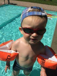 enfant à la piscine