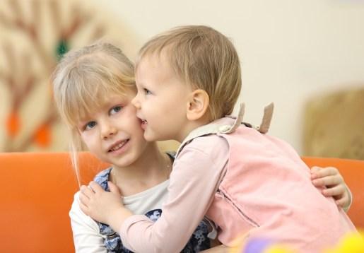 bisou entre deux soeurs