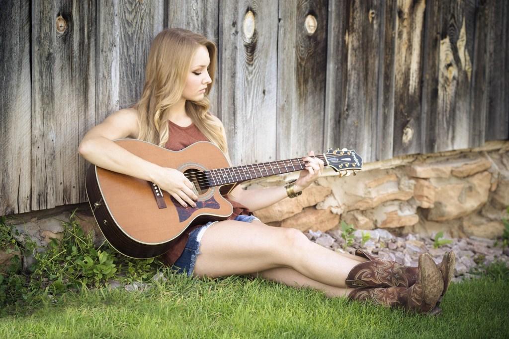 femme qui joue de la guitare