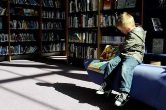 enfant dans une bibliothèque