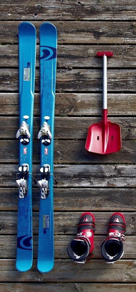 une pair de skis, des chaussures de ski et une pelle