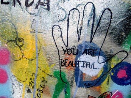 Une écriture positive sur un mur remplie de graffitis est un encouragement pour tout un chacun,