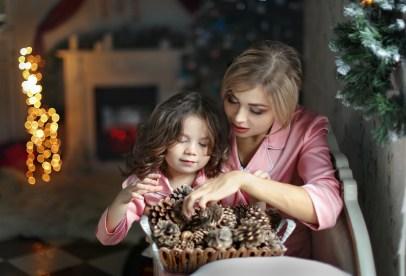 petite fille avec sa maman décorant la maison pour noel