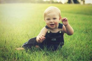 Un enfant souriant dans un pré