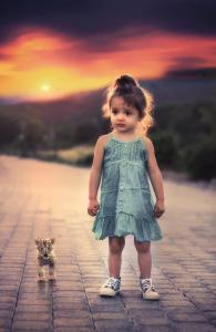 Petite fille qui marche seule