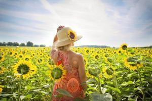 Une femme dans un champ de tournesol