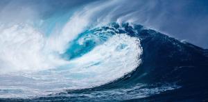Une vague qui roule dans l'atlantique