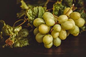Une grappe de raisin blanc