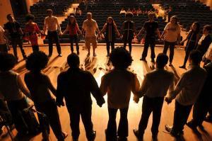Groupe de théâtre en répétition sur scène