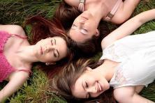 Groupe d'amies couchées dans l'herbe
