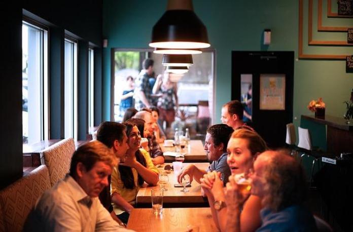 Amis discutant au restaurant.