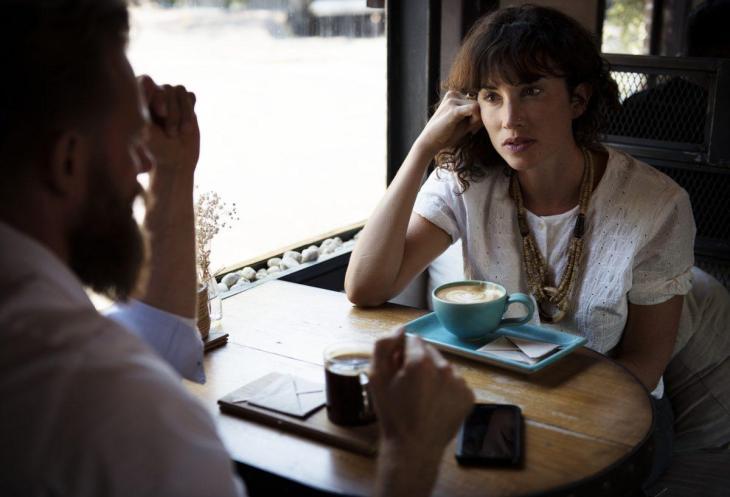2 personnes en discussion