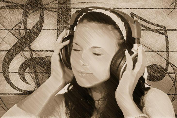 Une fille qui écoute de la musique émotionnelle avec un casque