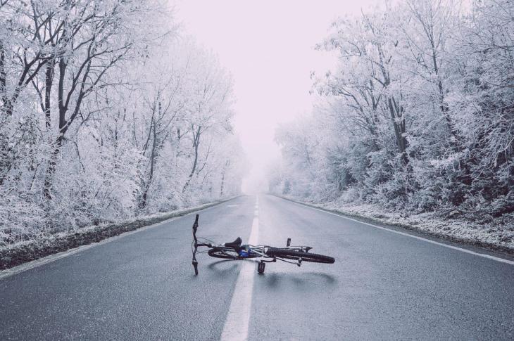 Un vélo couché sur la route