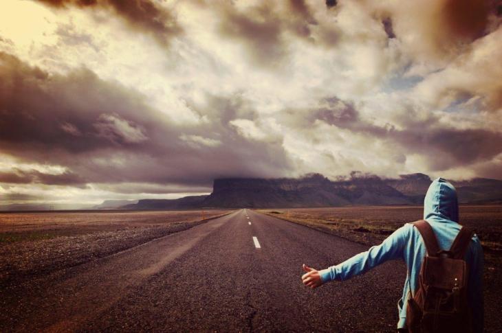 Un jeune homme partant seul et s'éloignant de ses proches