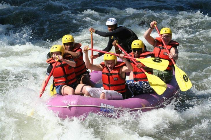 Un équipe de rafting