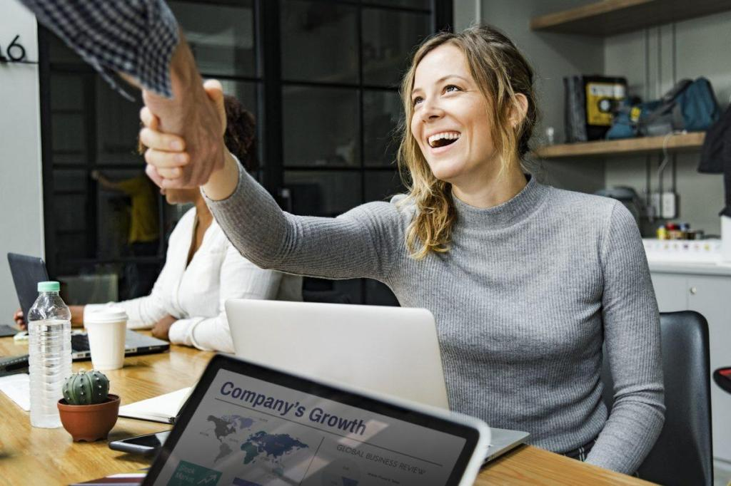 Une employée serrant la main de son patron