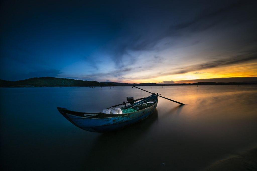 Une barque sur un fleuve