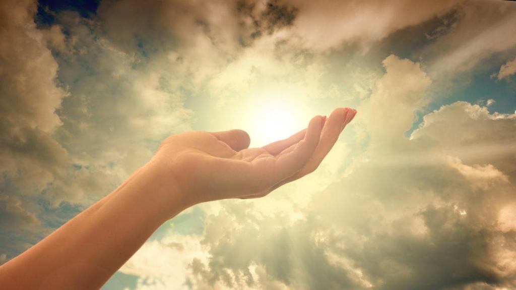 Une main tendue vers le ciel