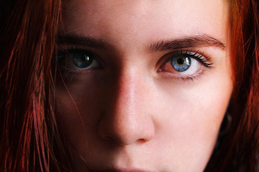 Une jeune fille rousse aux yeux magifiques