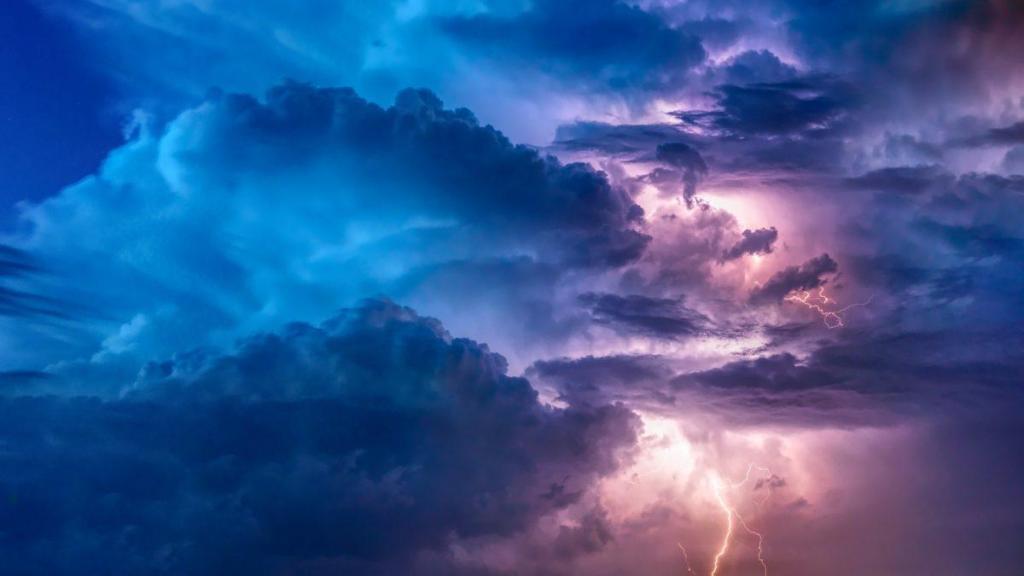 Un orage dans les nuages