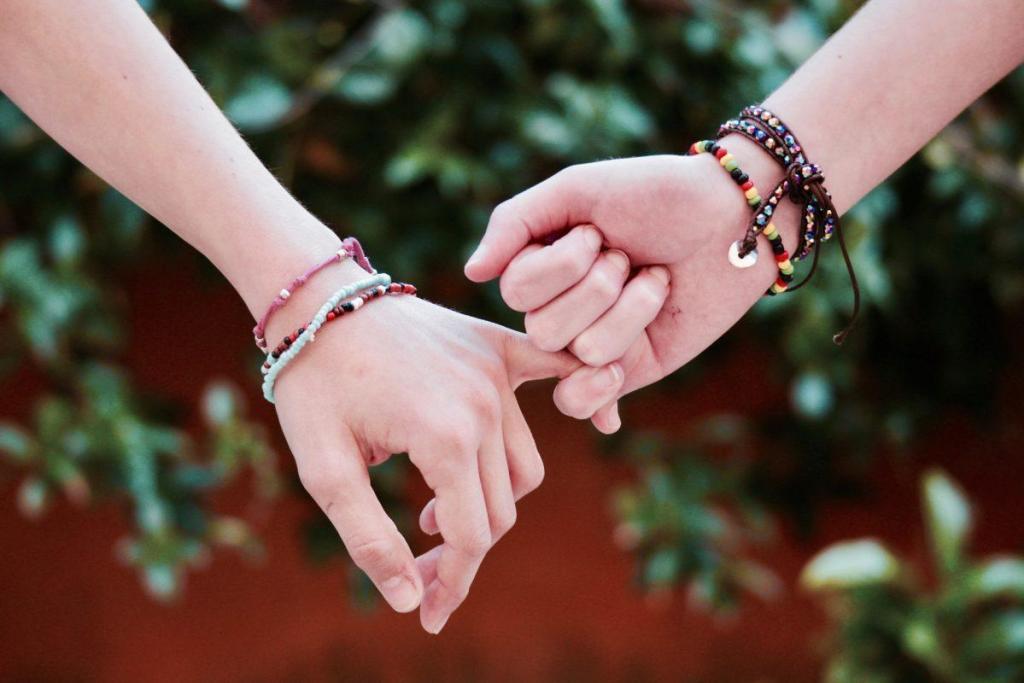 Deux personnes se tenant le petit doigt