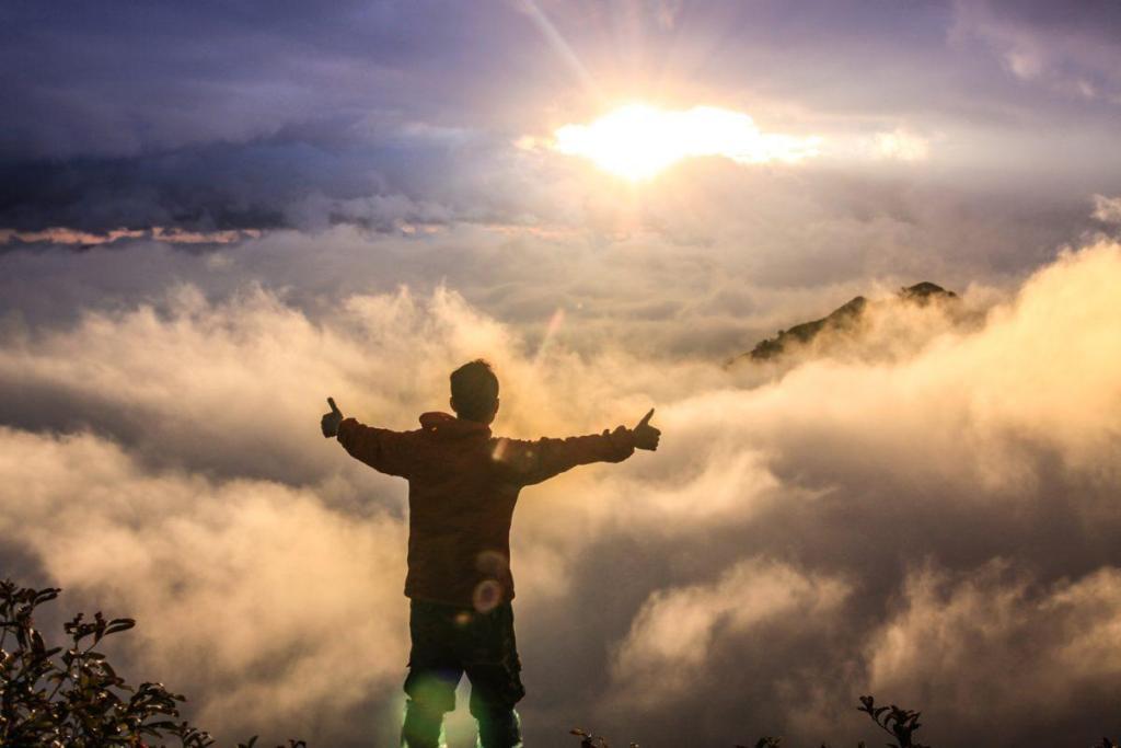 Un homme réalisant son éveil spirituel face au soleil