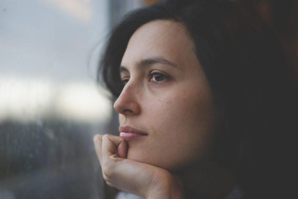 Une femme perdue  dans ses pensées