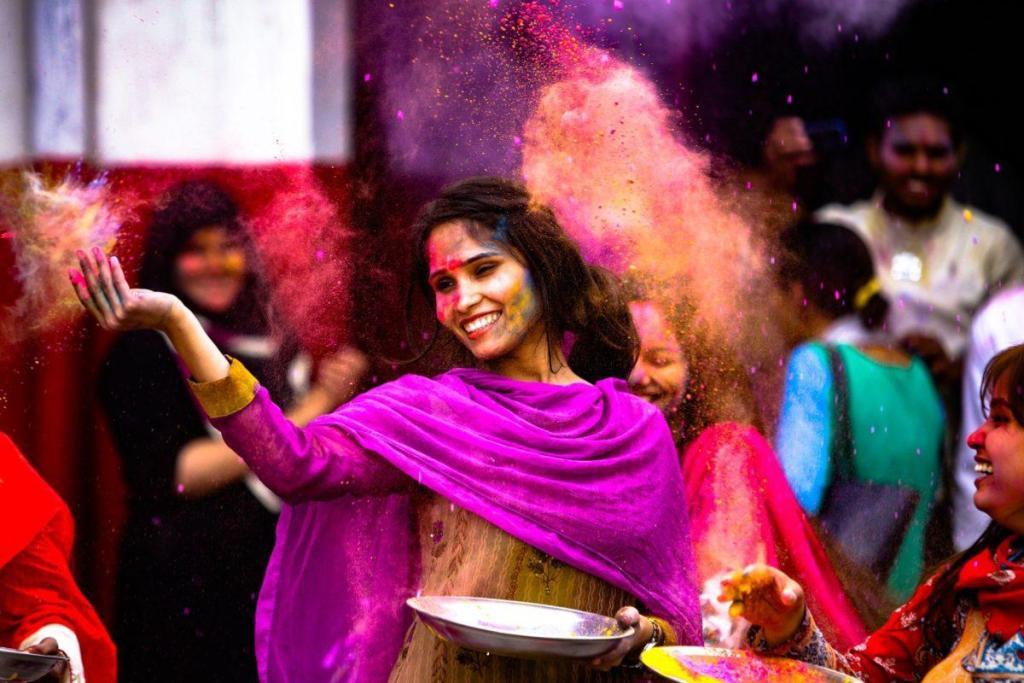 Une jeune fille souriante avec des couleurs