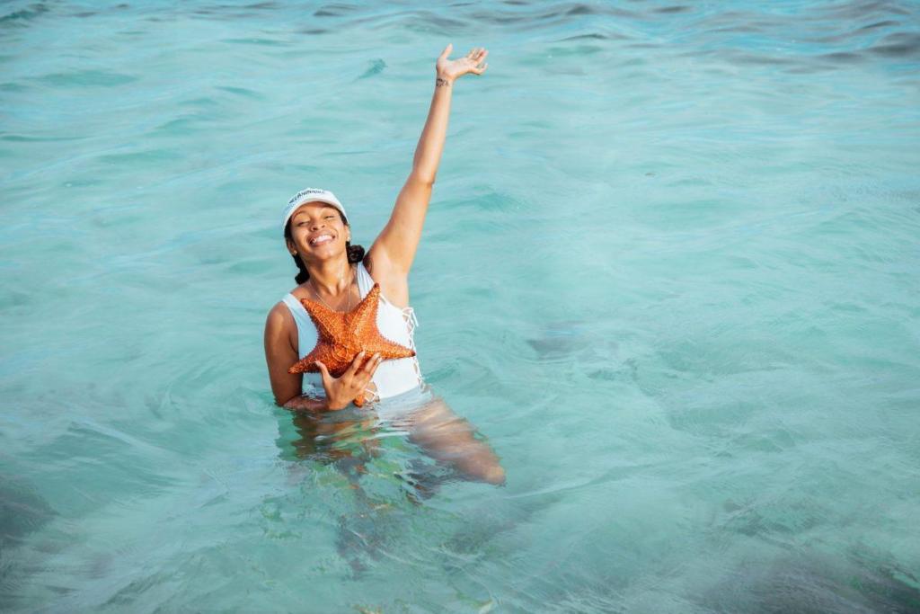 Une femme pleine d'émotion en mer
