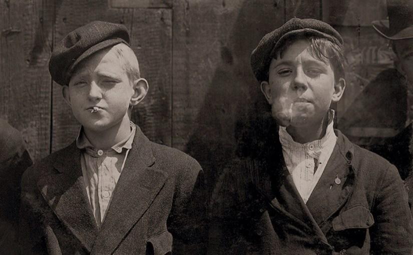 Курящие разносчики газет в Сент-Луисе / Public Domain