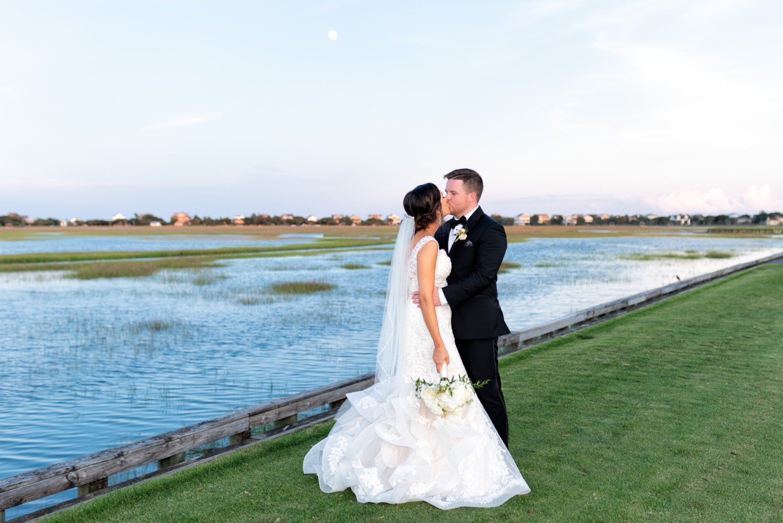 Kiss on the marsh under the full moon - Pawleys Plantation