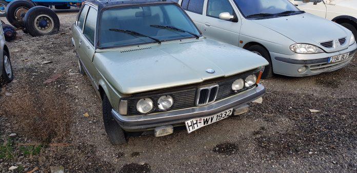 BMW E21 con techo Coches alquiler coches de escena vehiculos de escenacoches para alquilar coches clasicos film car cesion de coches  scaled - Alquiler coches clásicos para rodajes y eventos.
