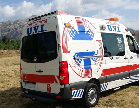 ambulancia uvi vehiculo de escena alquiler peliculas atrezo ambulancias taxi americano taxi ingles alquiler para rodajes 4 - Alquiler de vehículos militares, alquiler de camiones de bomberos.